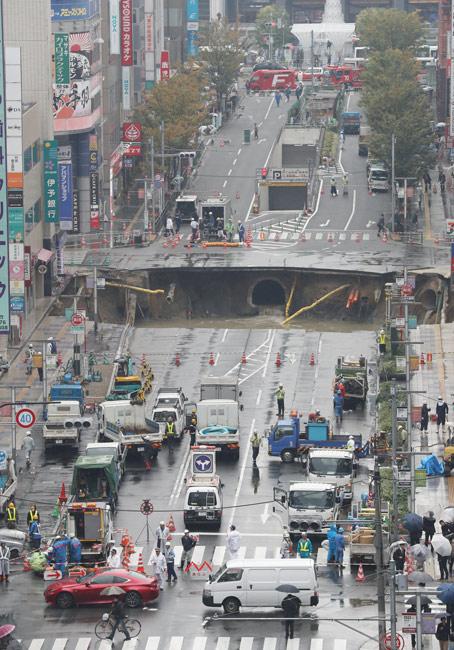 陥没したJR博多駅前の道路=2016年11月8日、福岡市博多区【時事通信社】 8日午前5時15分ごろ、福岡市博多区のJ…