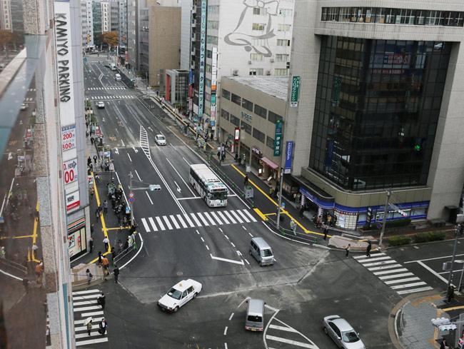 JR博多駅前で発生した道路陥没事故現場の通行止めが解除され、往来する車両や歩行者=2016年11月15日、福岡市博多区…