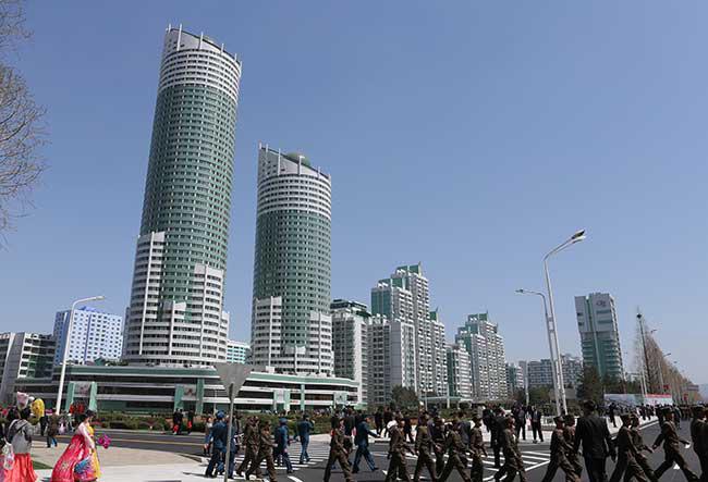 北朝鮮の首都・平壌で高層住宅街「黎明(れいめ…:平壌の風景2017 写真 ...