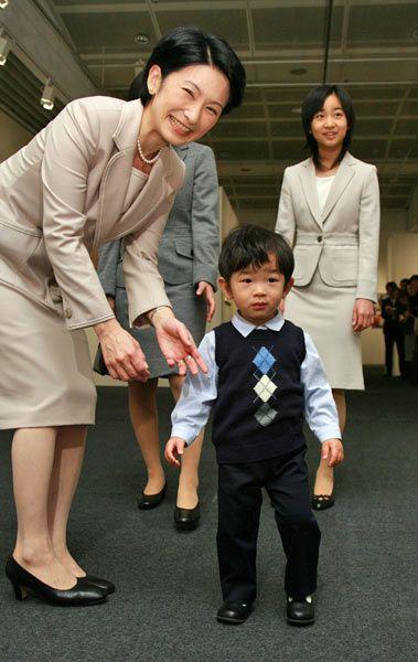 写真展「皇后さまと子どもたち」を訪問された秋\u2026:秋篠宮家 悠仁