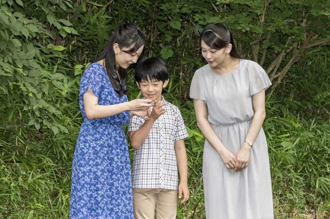 秋篠宮ご夫妻の長男悠仁さまは2017年9月6日、11歳の誕生日を迎えられた。写真は、姉の眞子さま、佳子さまとささ舟を作…