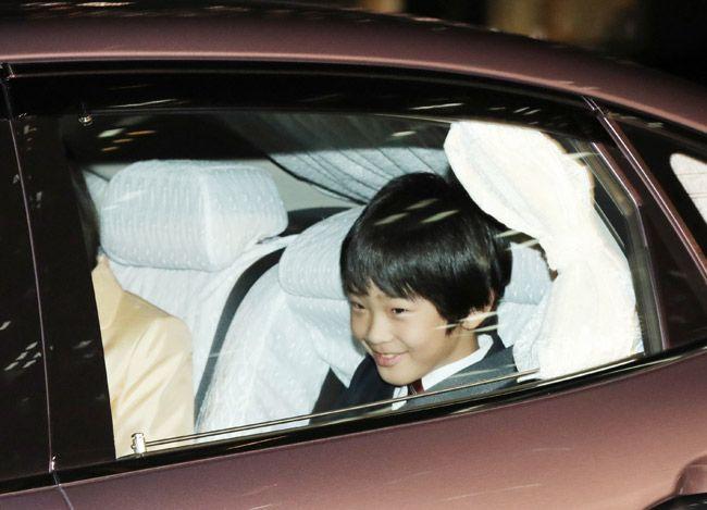 誕生日を迎えた皇后さまのお祝いに向かわれる秋篠宮家の長男悠仁さま=東京・皇居・半蔵門