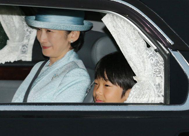 天皇、皇后両陛下に誕生日のあいさつを終え、皇居を出られる秋篠宮家の長男悠仁さまと母親の紀子さま=2017年9月6日、東…