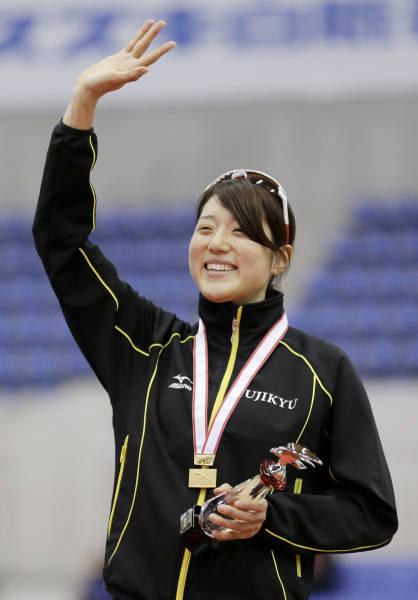 全日本距離別スピードスケートの女子1500メートルで優勝し、表彰式で