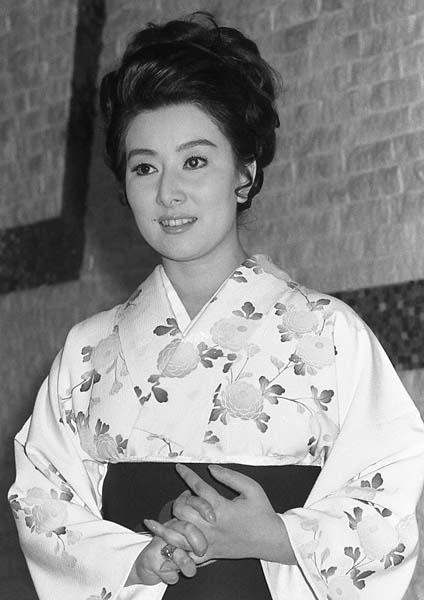 花柄の着物を洋風のまとめ髪で着こなす若い頃の山本富士子