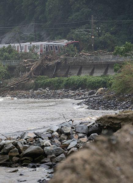 大雨による土砂崩れで脱線したJR筑肥線=佐賀県唐津市浜玉町