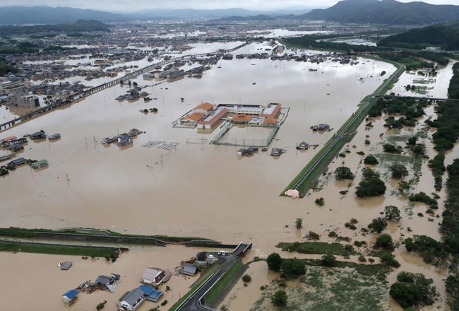 大雨により決壊した小田川の堤防(中央右下)=岡山県倉敷市上空(時事通信社ヘリより)