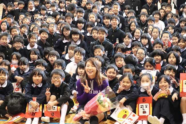 出身小学校を訪問し、児童と記念撮影する渋野日…:ゴルフ 渋野日向子 ...