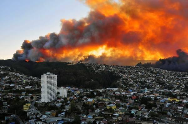 チリで大火災~世界遺産の港湾都...