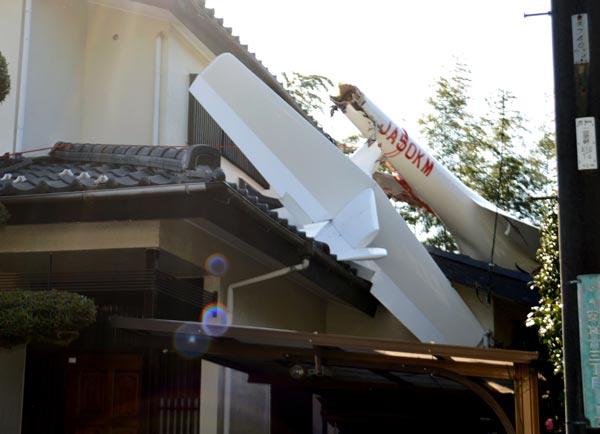 民家にグライダーが墜落 写真 特集