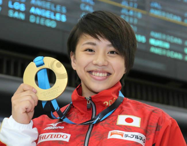 村上茉愛メダル持つ写真
