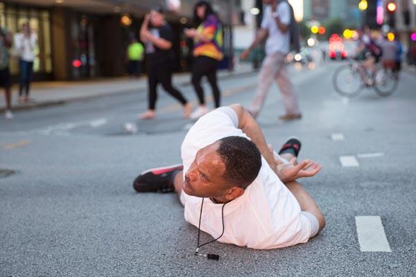 黒人男性が警官に射殺されたこと…:黒人射殺抗議デモで発砲、警官死亡 ...