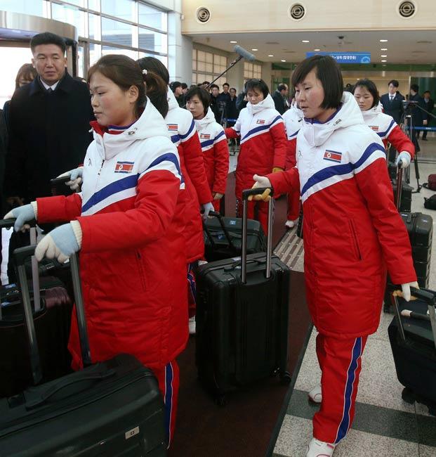 荷物を手に並ぶ北朝鮮のアイス…...