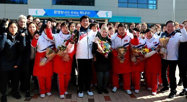 記念撮影に臨む北朝鮮と韓国の…...