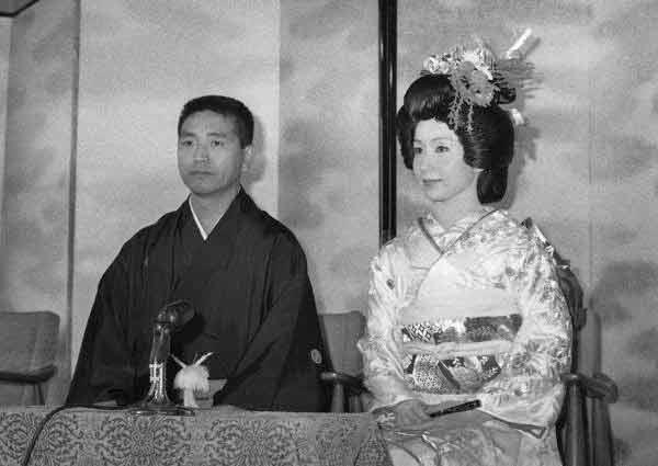 結婚式後、記者会見する女優の岩下志麻さん(右…:女優・岩下志麻さん ...