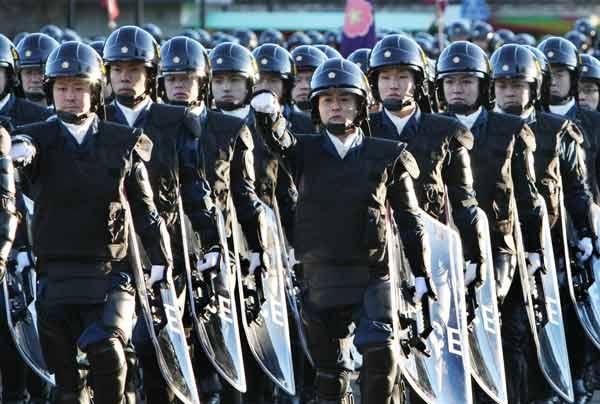 年頭部隊出動訓練で行進する警視...