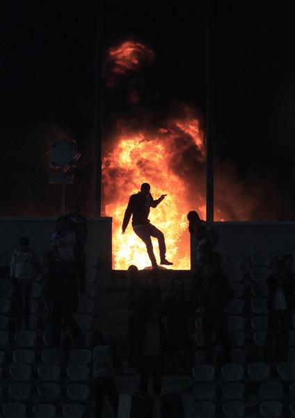 エジプト・サッカー場で暴動 写真特集