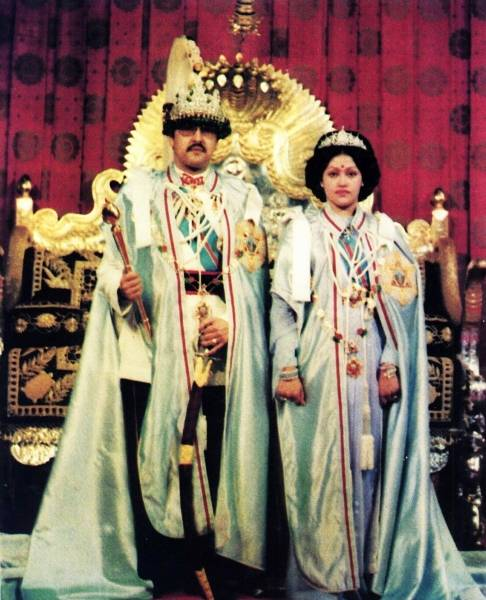 ネパールのビレンドラ国王(左)...
