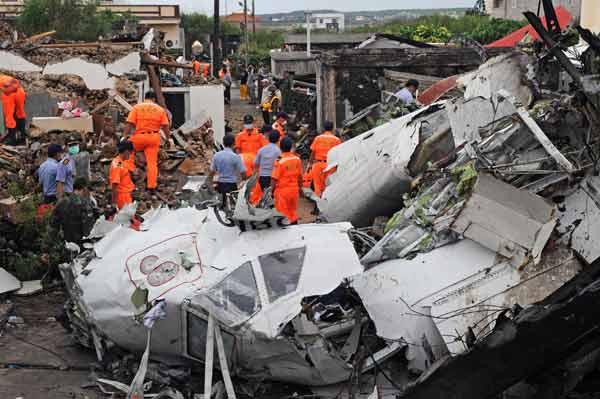 台湾離島で旅客機墜落 写真特集