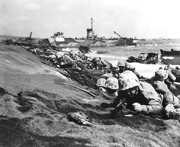 米軍の硫黄島攻略作戦で、海岸に...
