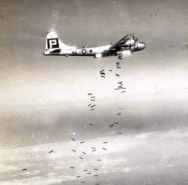 M47A2焼夷(しょうい)弾を投下…:「超」空の要塞 B29爆撃機 ...