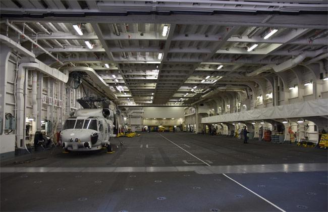 護衛艦「いずも」の格納庫。置い…:海上自衛隊「空母」型護衛艦いずも 写真特集:時事ドットコム