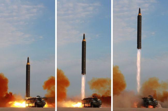 移動式発射台から撃ち出される北朝鮮の中距離弾道ミ…:北朝鮮の軍事力 ...