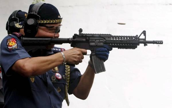 M4カービンを撃つフィリピン警察...
