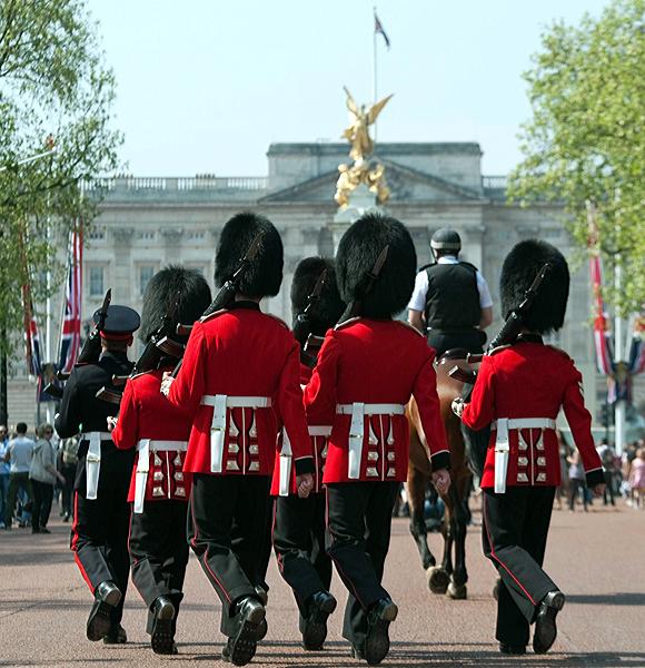 毎日行われている衛士交代のセレモニーで、バッ…:世界の衛兵・儀仗隊 ...