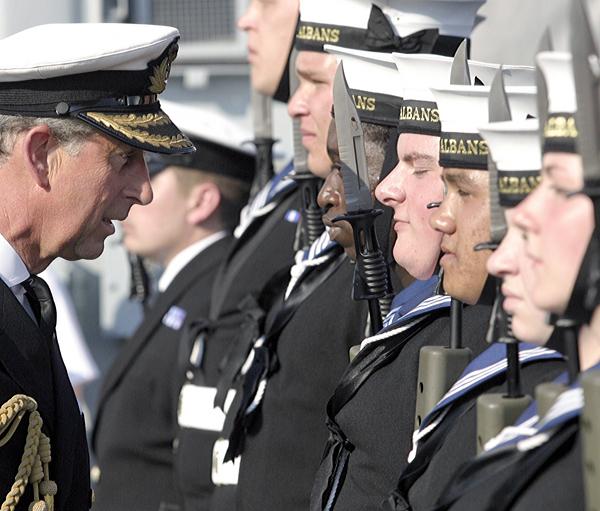 英国海軍から練習用帆船を受け取...