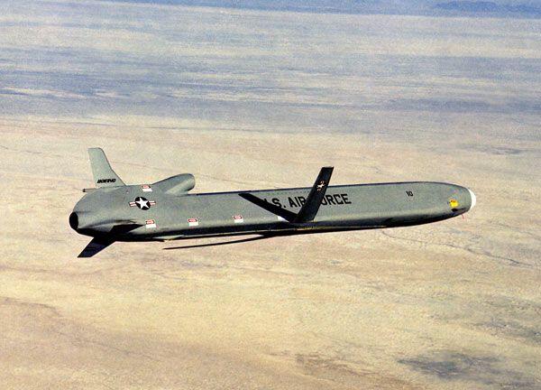 米国の空中発射型巡航ミサイルAG...