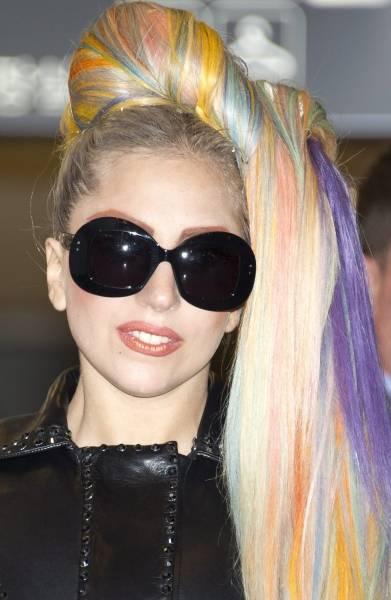 カラフルなヘアスタイルで来日した米ポップ歌手のレディー・ガガさん