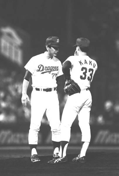 救援した郭源治投手(右)にゲキを飛ばす。 投手出身の監督らしく、よくマウンドに行ってカツを入れた。気合いが入ったか、見…