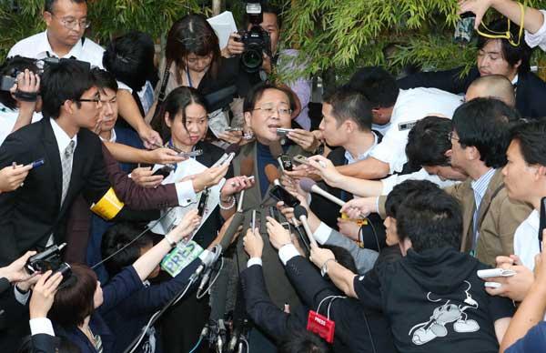米国から帰国し、多くの報道陣に...