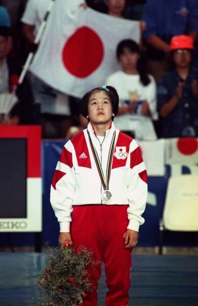 バルセロナ五輪・柔道女子48キロ級表彰式で銀メダルを胸に無念そうな田村亮子