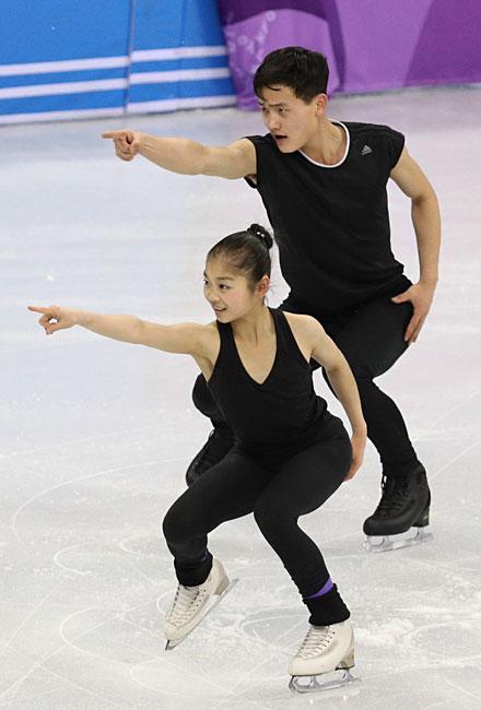 練習する北朝鮮ペアのリョム・テ...
