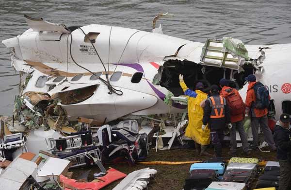 台湾で旅客機が川に墜落 写真 特集