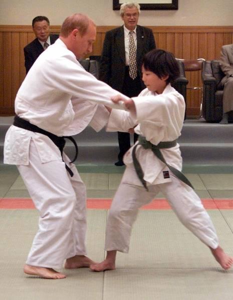 講道館で10歳の少女と柔道の試合をするロシア・プーチン大統領