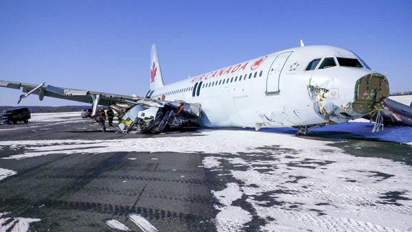カナダ旅客機着陸失敗  写真特集