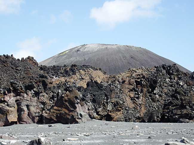 2016年10月20日撮影 小笠原諸島・西之島の溶岩と火砕丘[環境省提供]【時事通信社】 環境省は25日、小笠原諸島・…
