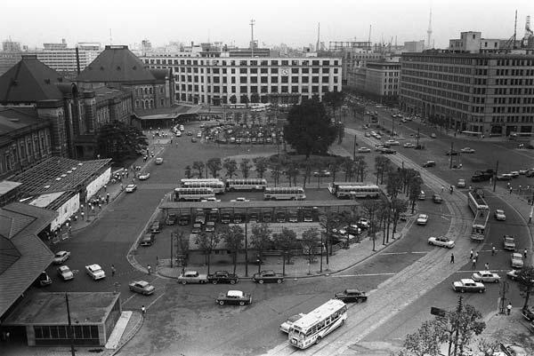 1965年の東京駅丸の内口。東海道新幹線はこの…:東京駅 いま&昔 ...