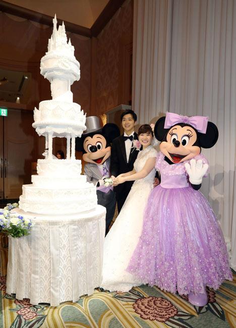ディズニーアンバサダーホテルでの結婚披露宴で、ミッキーマウス、ミニーマウスが立ち会う中、ケーキカットをする江宏傑さん(…