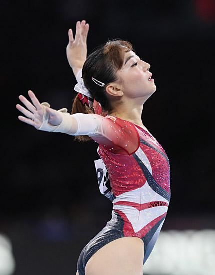 世界体操の女子個人総合決勝、ゆかの演技をする寺本明日香(ミキハウス)。54.666点で13位に終わった=ドイツ・シュツ…