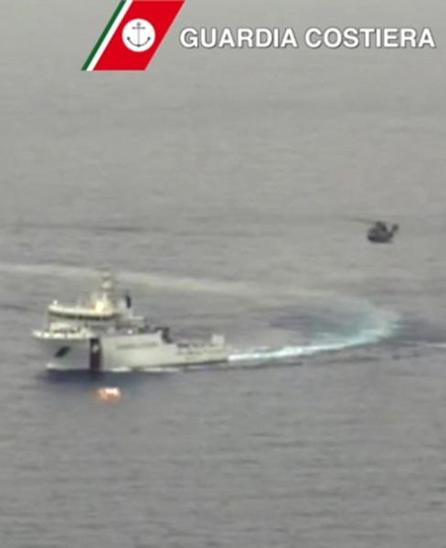 地中海で漁船転覆、不法移民700人超死亡か 写真特集