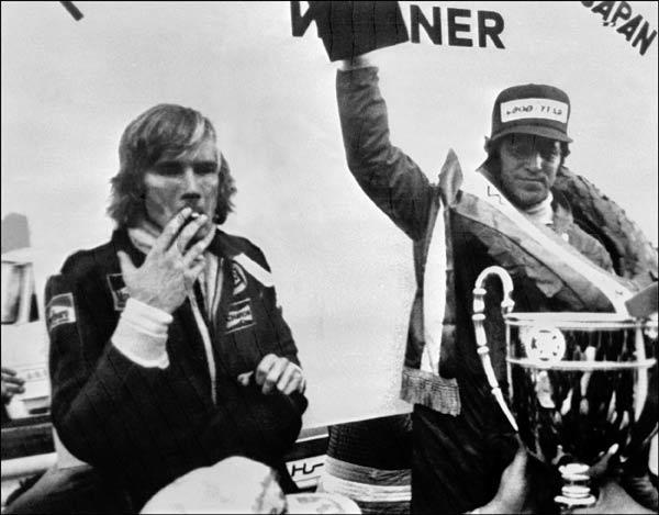 日本グランプリで優勝して喜ぶマリオ・…:F1レジェンド・ドライバー ...