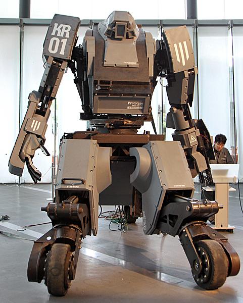 搭乗できる人型巨大ロボット「KURATAS」 写真特集