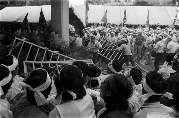 米価審議会・大衆団交の一幕。倉...