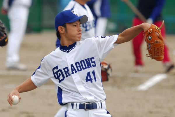 野球をするイケメン浅尾拓也
