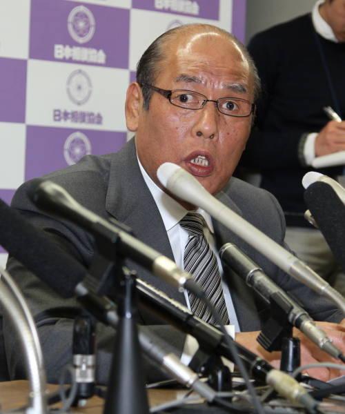 理事会後、会見する日本相撲協会の放駒理事長…:大相撲「八百長」問題 ...