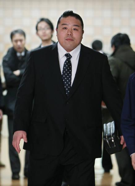 事情聴取のため臨時理事会に向かう竹縄親方(…:大相撲「八百長」問題 ...